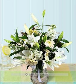 Cam Vazoda Beyaz Çiçek Aranjmanı