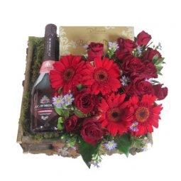 Kırmızı güller, gerberalar ve şarap
